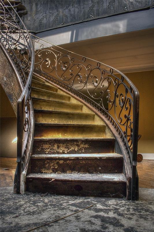 staircase in King City grow op, King City Grow Op Mansion in Ontario, mansion, grow op, marijuana, 420, illegal, drug dealers, drugs, abandoned mansion, abandoned Ontario, king city grow op, keene